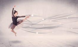 Bailarín de ballet que realiza danza moderna con las líneas abstractas Fotografía de archivo libre de regalías