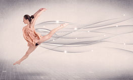 Bailarín de ballet que realiza danza moderna con las líneas abstractas Imagen de archivo