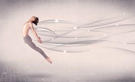 Bailarín de ballet que realiza danza moderna con las líneas abstractas Fotos de archivo libres de regalías