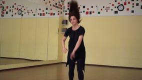 Bailarín de ballet que se calienta en un estudio con los espejos Clase del ballet clásico almacen de metraje de vídeo