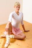 Bailarín de ballet que se sienta en el suelo del estudio Foto de archivo