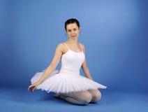 Bailarín de ballet que se sienta en el tutú blanco Fotos de archivo libres de regalías