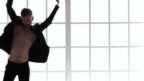 Bailarín de ballet de sexo masculino que realiza danza almacen de metraje de vídeo