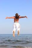 Bailarín de Capoeira en la playa Fotos de archivo
