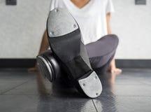 Bailarín de golpecito cruzado de las piernas y sus zapatos Fotografía de archivo