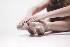 Bailarín de la bailarina que se sienta con sus piernas cruzadas Imagenes de archivo