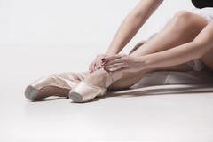 Bailarín de la bailarina que se sienta con sus piernas cruzadas Fotografía de archivo
