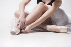 Bailarín de la bailarina que se sienta con sus piernas cruzadas Foto de archivo libre de regalías