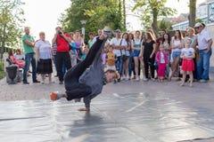 Bailarín de la calle en la costa central del río Don en Rostov-On-Don Imagenes de archivo