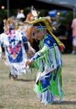 Bailarín de la hierba del Powwow de los jóvenes Fotos de archivo