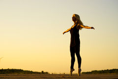Bailarín de la mujer con la cinta Imágenes de archivo libres de regalías