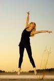Bailarín de la mujer con la cinta Fotografía de archivo libre de regalías
