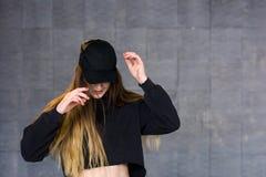 Bailarín de la mujer en casquillo negro Fotografía de archivo