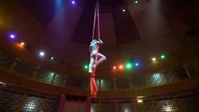 Bailarín de la mujer en la seda aérea, contorsión aérea, cámara lenta metrajes