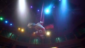 Bailarín de la mujer en la seda aérea, contorsión aérea, cámara lenta almacen de metraje de vídeo