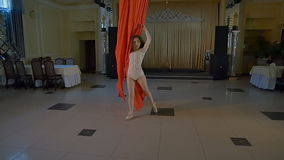Bailarín de la mujer en la seda aérea roja, contorsión aérea Cámara lenta metrajes