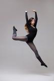 Bailarín de la mujer joven en la presentación negra del traje de baño Imágenes de archivo libres de regalías