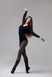 Bailarín de la mujer joven en la presentación negra del traje de baño Fotos de archivo libres de regalías
