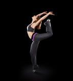 Bailarín de la mujer que baila la danza moderna, salto en un negro Imagen de archivo libre de regalías