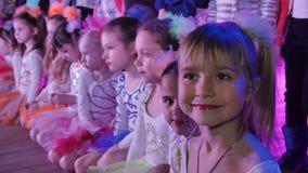 Bailarín de las muchachas antes de su discurso en el festival de música del ` s de los niños metrajes