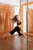 Bailarín de poste en el vuelo en el aire Fotos de archivo