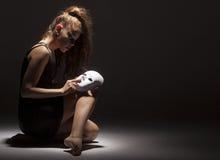 Bailarín de sexo femenino con la máscara Fotografía de archivo