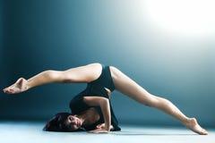 Bailarín de sexo femenino contemporáneo joven que hace fracturas Imagen de archivo libre de regalías
