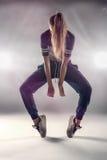 Bailarín de sexo femenino de Hip Hop con el pelo que cubre su cara Imagen de archivo