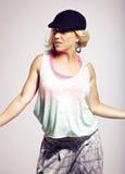 Bailarín de sexo femenino de Hip Hop contra fondo gris Fotografía de archivo