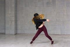 Bailarín de sexo femenino del hip-hop en el movimiento Imagen de archivo
