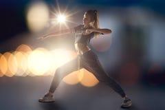 Bailarín de sexo femenino del salto de la cadera Fotografía de archivo
