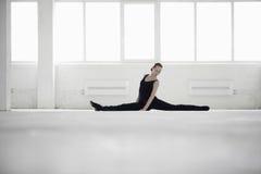Bailarín de sexo femenino Doing Splits foto de archivo libre de regalías