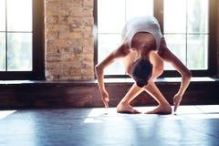 Bailarín de sexo femenino dominante que se coloca en una posición especial fotografía de archivo