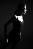 Bailarín de sexo femenino fuerte del adolescente que muestra energía Imagenes de archivo