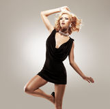 Bailarín de sexo femenino hermoso en vestido negro Foto de archivo