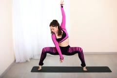 Bailarín de sexo femenino hermoso y atractivo, entrenado en el gimnasio Fotografía de archivo