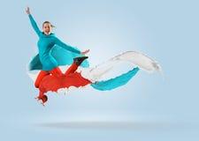 Bailarín de sexo femenino joven que salta con el chapoteo de la pintura Fotos de archivo