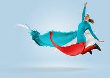 Bailarín de sexo femenino joven que salta con el chapoteo de la pintura Imagen de archivo libre de regalías