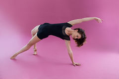 Bailarín de sexo femenino que practica danza contemporánea Fotografía de archivo libre de regalías