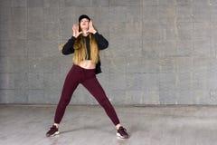 Bailarín de sexo femenino que presenta en fondo del estudio Foto de archivo libre de regalías