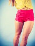 Bailarín de sexo femenino sonriente de moda joven Foto de archivo libre de regalías