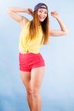 Bailarín de sexo femenino sonriente de moda joven Fotos de archivo