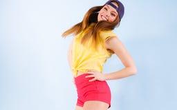 Bailarín de sexo femenino sonriente de moda joven Imagenes de archivo