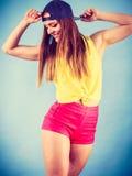 Bailarín de sexo femenino sonriente de moda joven Imagen de archivo
