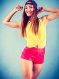 Bailarín de sexo femenino sonriente de moda joven Fotografía de archivo libre de regalías