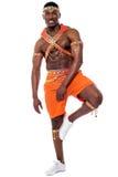 Bailarín de sexo masculino de la samba que presenta en una pierna fotografía de archivo libre de regalías