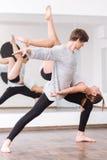Bailarín de sexo masculino dominante que tiene un ensayo de la danza foto de archivo libre de regalías