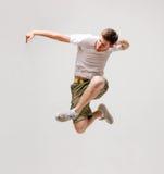 Bailarín de sexo masculino que salta en el aire Fotos de archivo
