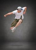 Bailarín de sexo masculino que salta en el aire Imagenes de archivo
