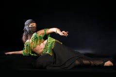 Bailarín de vientre con el sable Foto de archivo libre de regalías